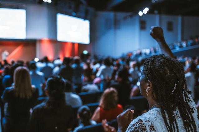 Live Events zur Persönlichkeitsentwicklung, Speaker, Bühne, Reden, Vorträge, Live-Workshops